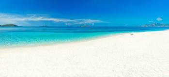 Panorama tropical de la playa Fotos de archivo