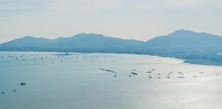 Panorama tropical de paysage de plage Le bel océan de turquoise écarte avec les bateaux et le littoral arénacé du point de vue él Photos libres de droits