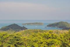 Panorama tropical de paysage de plage Le bel océan de turquoise écarte avec les bateaux et le littoral arénacé du point de vue él Photos stock