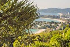 Panorama tropical del paisaje de la playa El océano hermoso de la turquesa renuncia con los barcos y la costa costa arenosa del a foto de archivo libre de regalías