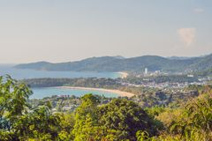 Panorama tropical del paisaje de la playa El océano hermoso de la turquesa renuncia con los barcos y la costa costa arenosa del a fotos de archivo libres de regalías