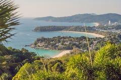 Panorama tropical del paisaje de la playa El océano hermoso de la turquesa renuncia con los barcos y la costa costa arenosa del a foto de archivo