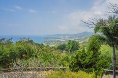 Panorama tropical del paisaje de la playa El oc?ano hermoso de la turquesa renuncia con los barcos y la costa costa arenosa del a fotos de archivo libres de regalías