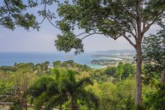 Panorama tropical del paisaje de la playa El oc?ano hermoso de la turquesa renuncia con los barcos y la costa costa arenosa del a imagen de archivo libre de regalías