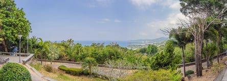 Panorama tropical del paisaje de la playa El oc?ano hermoso de la turquesa renuncia con los barcos y la costa costa arenosa del a foto de archivo