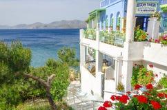 Panorama- typisk grekisk restaurang med blommor Arkivbilder