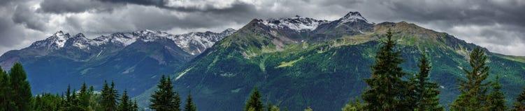 Panorama ultra ampio della cima delle montagne in alpi italiane Fotografie Stock Libere da Diritti