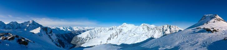Panorama ultra ampio della valle alpina popolare di inverno e della stazione sciistica Immagini Stock