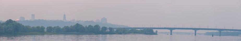 panorama Ultra-ancho de Kiev de la margen izquierda de la ciudad Tiempo de la puesta del sol de la tarde del verano Horizonte de  Imágenes de archivo libres de regalías