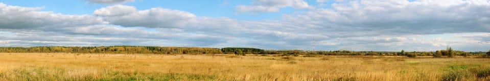 Panorama un campo y el cielo imagen de archivo libre de regalías
