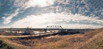 Panorama une sorte sur le pont de chemin de fer Photos stock