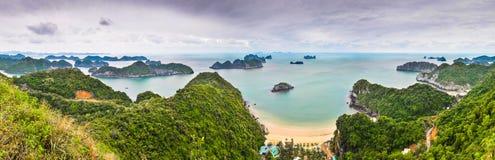 Panorama uppifrån av Cat Ba Island arkivbilder