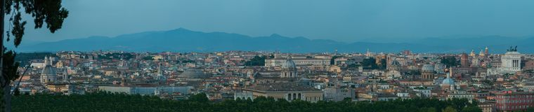 Panorama urbano del horizonte de la oscuridad amplia de Roma con las señales internacionales arquitectónicas principales del punt Fotografía de archivo libre de regalías