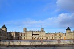 Panorama Uroczysty pałac w Gatchina w słońcu pod błękitnym s Zdjęcia Royalty Free