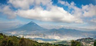 Panorama- utsikt av den vulkaniska bergskedjan nära Antigua i Guatemala Royaltyfri Foto