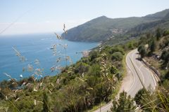 Panorama- väg längs den medelhavs- kusten Royaltyfria Bilder
