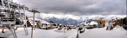 Panorama - vacaciones del esquí en Alpes Imágenes de archivo libres de regalías