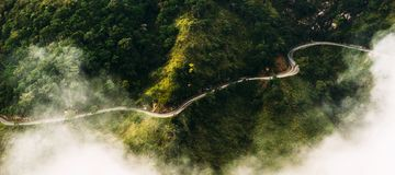 Panorama van aard De weg onder theeaanplantingen De weg van quadcopter Windende weg in de bergen Landschappen van Sri royalty-vrije stock afbeelding