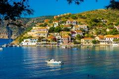 Panorama van Assos-dorp in Kefalonia, Griekenland stock afbeeldingen