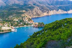 Panorama van Assos-dorp in Kefalonia Griekenland royalty-vrije stock foto