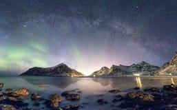 Panorama van Aurora borealis met Melkachtige maniermelkweg over sneeuw moun royalty-vrije stock foto