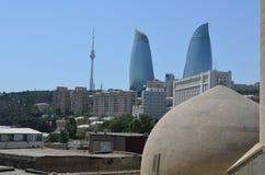 Panorama van Baku - de hoofdstad van Azerbeidzjan door de Kaspische Overzeese kust wordt gevestigd die Gezien van een hammam royalty-vrije stock foto's
