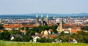 Panorama van Bamberg met Dom bij blauwe hemel Duitsland stock foto