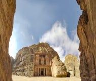 Panorama van Benadering en mening van de voorgevel van het Schatkistgebouw in de oude Nabatean-ruïnes van Petra royalty-vrije stock afbeeldingen