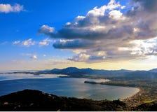 Panorama van berg en overzeese mening in Pantokrator, Korfu, Griekenland stock foto's