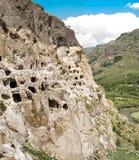 Panorama van bergen en middeleeuws hol stad-klooster, Georgië stock afbeelding