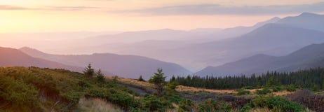 Panorama van Bergketen, één minuut vóór de tijd van sunris Royalty-vrije Stock Afbeelding