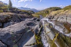 Panorama van berglandschap met weide, in de vallei wordt gesitueerd die Royalty-vrije Stock Foto's