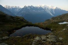 Panorama van bergmeer in Alpen stock afbeelding