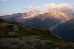 Panorama van bergmeer in Alpen royalty-vrije stock foto