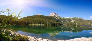 Panorama van bergmeer met bezinningen stock foto's