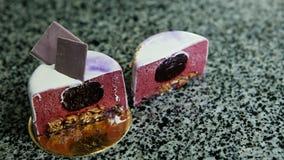 Panorama van besnoeiing in halve viooltje verglaasde mousse minicake stock video