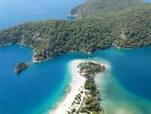 Panorama van blauw lagune en strand oludeniz Turkije stock foto's