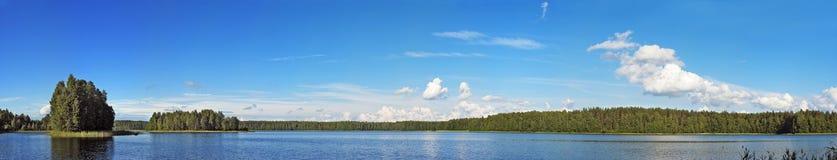Panorama van blauw meer Royalty-vrije Stock Foto