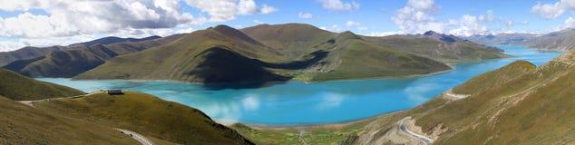 Panorama van blauw meer Stock Fotografie