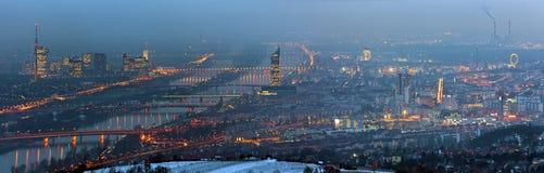 Panorama van blauwe Donau Wenen bij mistige nacht in w Royalty-vrije Stock Fotografie