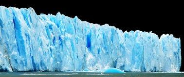 Panorama van blauwe ijsbergen dat op zwarte wordt geïsoleerda. Stock Fotografie