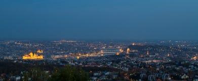 Panorama van Boedapest in het blauwe uur stock foto's