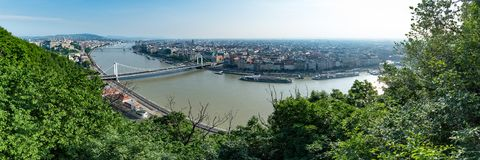 Panorama van Boedapest op een heldere hete ochtend, die de rivier Donau en lokale oriëntatiepunten overzien royalty-vrije stock afbeeldingen