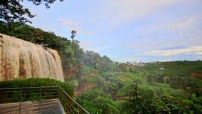 Panorama van Bosbouw Hilly Landscape aan Waterval in Vietnam stock video