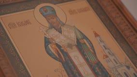 Panorama van boven tot onder van het Orthodoxe pictogram in Christian Church De interne inhoud van de Orthodoxe Kerk stock videobeelden