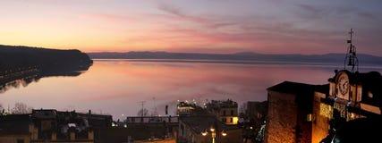 Panorama van Bracciano-meer bij zonsondergang Royalty-vrije Stock Afbeelding