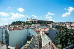 Panorama van Bratislava, een hoofdstad van Slowakije, oude huizen met tegeldaken en een kasteel Royalty-vrije Stock Fotografie