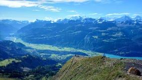 Panorama van Brienz en de overweldigende mening van bergketen in een mooie dag, Zwitserland Royalty-vrije Stock Afbeelding