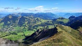 Panorama van Brienz en de overweldigende mening van bergketen in een mooie dag, Zwitserland Stock Foto's
