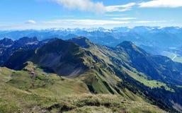 Panorama van Brienz en de overweldigende mening van bergketen in een mooie dag, Zwitserland Stock Foto